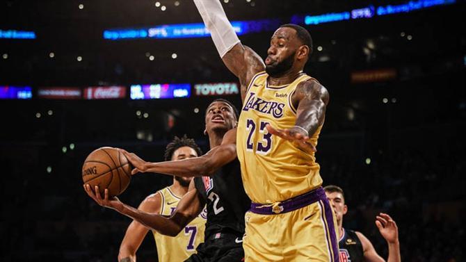 https://www.abola.pt//img/fotos/ABOLA2015/NBA/LakersClippersLeBron.jpg
