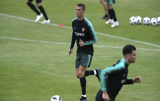 A BOLA - Ronaldo e companhia não estão para brincadeiras (foto ... 37575d9ec0b6f