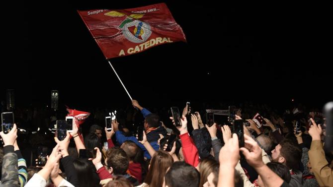 ABOLA.PT - Benfica - As fotos da receção às águias em Ponta Delgada - A Bola