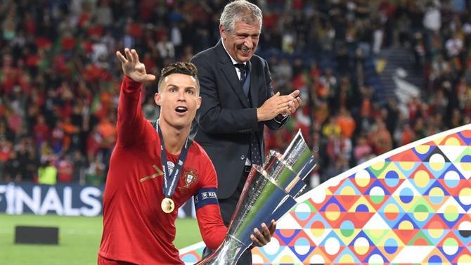 https://www.abola.pt//img/fotos/abola2015/SELECAO/2019/RonaldoFernandoSantosTaca.jpg