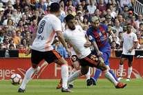 Messi não falha penalty nos descontos e Barcelona vence no Mestalla