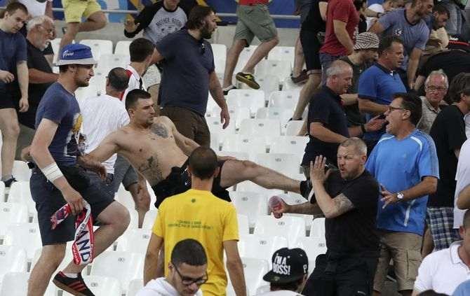 Confrontos, sábado, no estádio Velodrome em Marselha (AP)