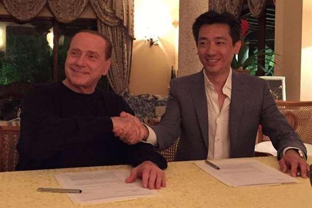 Silvio Berlusconi e Bee Taechaubol formalizam o acordo (foto Instagram)