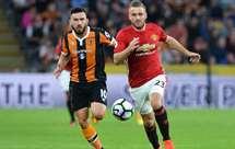 Manchester United vence nos descontos e é líder à condição