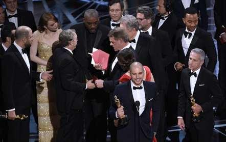 Gaffe na atribuição de Oscar de Melhor Filme (vídeo)