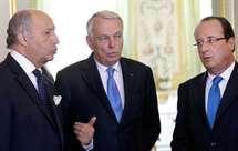 Hollande entre o novo ministro dos Negócios Estrangeiros, Jean-Marc Ayrault, à sua esquerda, e Laurent Fabius, de saída.