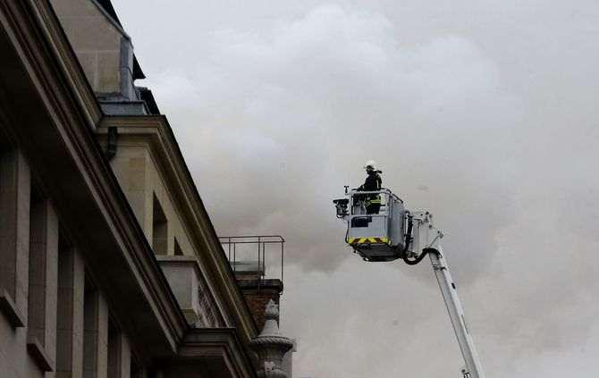 Cobertura do Hotel Ritz em Paris em chamas - FRANÇA
