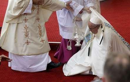 Papa cai durante missa em Czestochowa (Vídeo)
