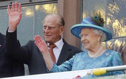 «Ainda estou viva», diz rainha de Inglaterra em visita à Irlanda do Norte