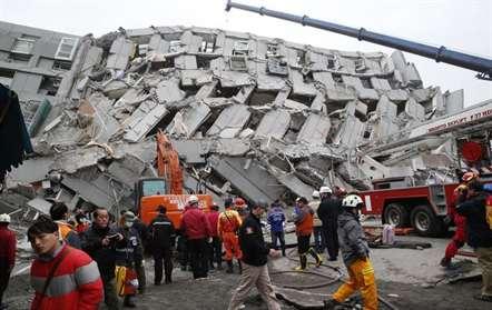 Mais de 130 pessoas ainda estão entre os escombros