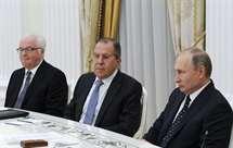 Churkin ao lado do ministro dos Negócios Estrangeiros, Sergei Lavrov, e Putin (AP)