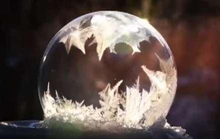 Estas baixas temperaturas congelam até...bolhas de sabão (vídeo)