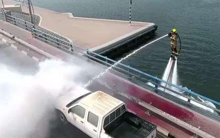 Bombeiros combatem chamas em 'flyboard' no Dubai