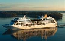 O paquete Adonia leva cerca de 700 passageiros a bordo