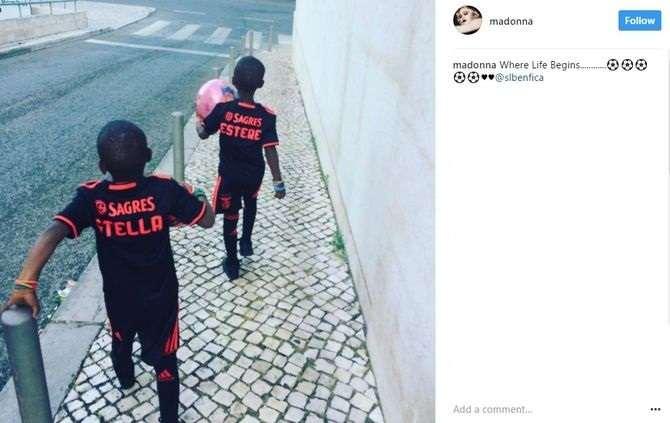 Filhas de Madonna brincam em Lisboa com camisolas do Benfica