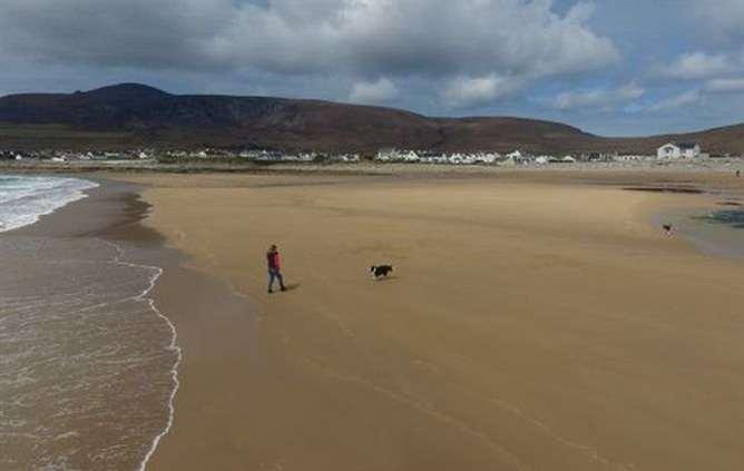 Praia emerge 33 anos depois de ter desaparecido — Vídeo