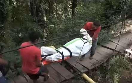 Ponte suspensa vira por excesso de peso e 11 pessoas perdem em vida (vídeo)