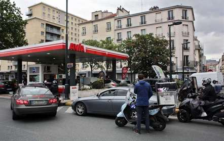 França já está a usar reservas de combustível