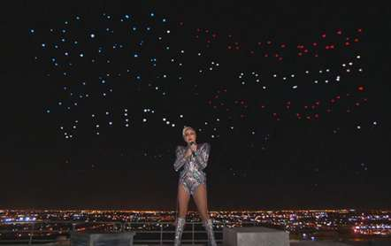 Lady Gaga saltou do telhado no arranque do concerto do Super Bowl (vídeo)