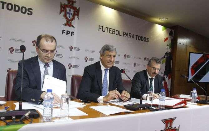 José Luís Arnaut, ao centro, liderou os trabalhos da Assembleia