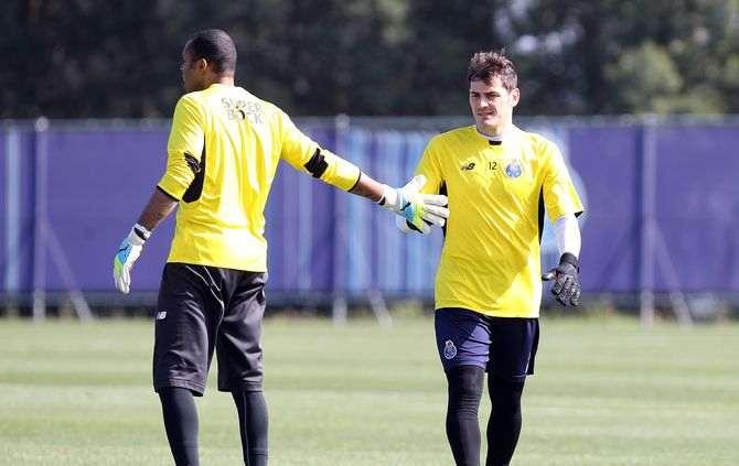 Helton e Casillas (Foto: Vítor Garcez/ASF)