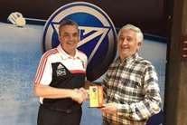 Fernando Silva (à esquerda) recebe o troféu de vencedor das mãos do vice-presidente da Mesa da AG da FPB, Armando Cunha