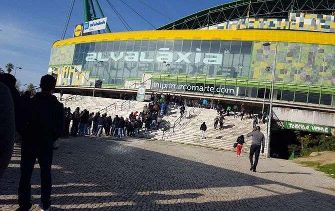 A fila para a compra de bilhetes começou a formar-se antes das 7 horas desta manhã (Foto: Twitter do Sporting)