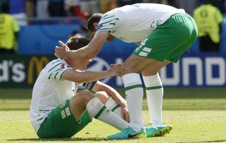Internacionais irlandeses desolados após eliminação às mãos da seleção francesa (SERGEY DOLZHENKO/EPA)