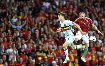 Gergo Lovrencsics (Hungria) e Thomas Meunier (Bélgica) numa disputa de bola nos oitavos de final do Euro-2016 (TIBOR ILLYES/EPA)