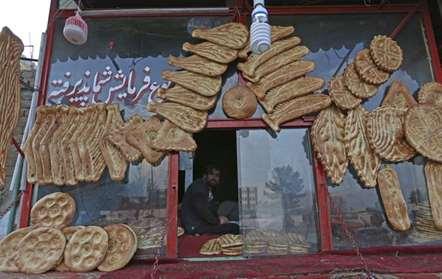 Um vendedor de pão aguarda pacientemente a chegada de clientes, em Cabul (Rahmat Gul/AP)