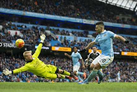 Duelo entre Aguero e Kasper Schmeichel no Manchester City-Leicester (1-3). (Foto Jon Super/AP)