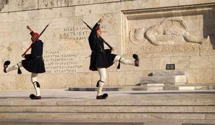 Membros da guarda presidencial de Evzoni no render da guarda em frente ao túmulo do soldado desconhecido na praça Syntagma, em Atenas (Jerrin Heller/AP)