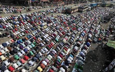 Devotos muçulmanos oram no primeiro de três dia da congregação islâmica, em Tongi, 20 quilómetros a norte de Dhaka (AP)