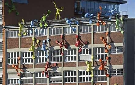 Esculturas coloridas parecem escalar um edifício na cidade de Dusseldorf (Martin Meissner/AP)