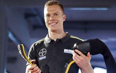 O alemão Markus Rehm, apelidado de saltador da lâmina, apresentou a prótese em conferência de imprensa, em Colônia, na Alemanha (Michael Probst/AP)