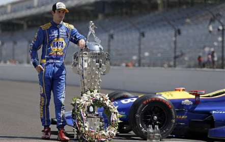 Alexander Rossi posa junto do Borg-Warner Trophy após a vitória na caorrida do Indianapolis 500 (AP Photo / Michael Conroy)