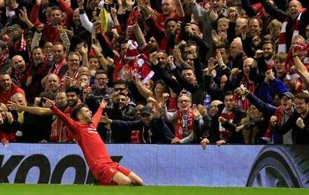 Adam Lallana comemora o golo que marcou frente ao Villareal, em jogo da segunda mão das meias-finais da Liga Europa. Em Anfield, o Liverpool venceu por 3-0 (Jon Super/AP)