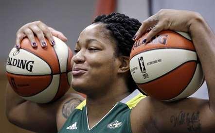 Markeisha Gatling, do Seattle Storm, com duas bolas para ser fotografada durante a apresentação à Imprensa, em Seattle (Elaine Thompson/AP)