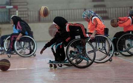 Mulheres palestinas com deficiência durante uma sessão de treino de basquete adaptado, na Faixa de Gaza (Khalil Hamra/AP)