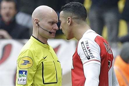 Impressionante o olhar do árbitro Tony Chapron ao ouvir os protestos de Nabil Dirar, do Monaco, a quem advertiu com o cartão vermelho. (Foto Lionel Cironneau/AP)