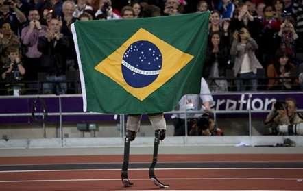 O brasileiro Alan Fonteles Cardoso Oliveira, quem em Londres 2012 venceu a final dos 200m T44, prepara-se para os Paralímpicos do Rio de Janeiro (Emilio Morenatti/AP)