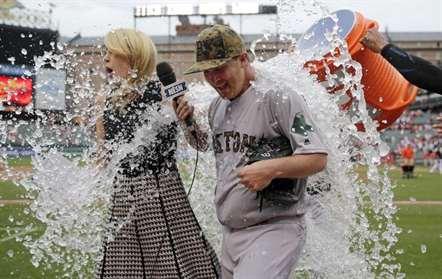 O lançador Steven Wright, dos Boston Red Sox, doi surpreendido com um balde água enquanto estava a ser entrevistado após o jogo com o Orioles Baltimore, em Baltimore. O Boston ganhou, por 7-2 (Patrick Semansky/AP)