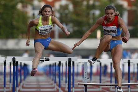 Anastasiya Nikolayeva e Alima Galitskaya competem nos 100 metros barreiras no Russia Stars 2016. (Foto Alexander Zemlianichenko/AP)