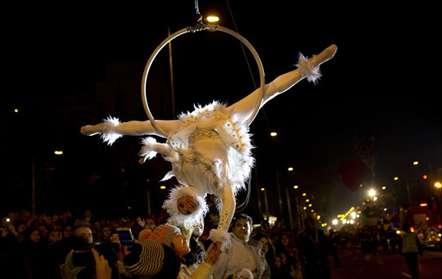 Uma acrobata entre a multidão durante a parada no Dia de Reis, em Madrid (Francisco Seco/AP)