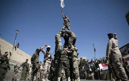 Combatentes xiitas recém-recrutados, conhecidos como Houthis, exibem habilidades durante um desfile destinado a mobilizar mais combatentes, em Sanaa, Iémen (Hani Mohammed/AP)