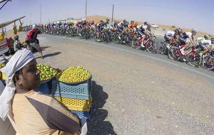 O italiano Giacomo Nizzolo (Trek-Segafredo) alcançou esta sexta-feira à liderança da Volta ao Dubai em Bicicleta, depois de ter sido segundo classificado da terceira e penúltima etapa, atrás do espanhol Juan José Lobato, da Movistar (Foto Claudio Peri/AP)