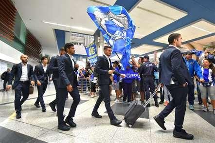 Plantel azul e branco felicitado pelos sócios na chegada ao aeroporto Francisco Sá Carneiro, depois de vencerem a Roma. (Paulo Esteves/ASF)