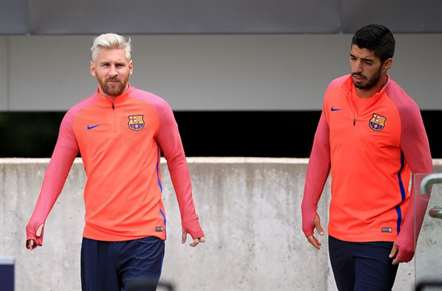 Lionel Messi com novo visual no treino dos 'culés', em Saint George's Park, Inglaterra. (Mike Egerton/AP)