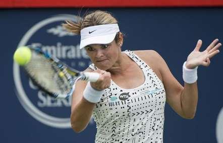 Aleksandra Wozniak, do Canadá, no jogo com a italiana Sara Errani, a contar para a 'Rogers Cup', em Montreal.(Paul Chiasson/AP)
